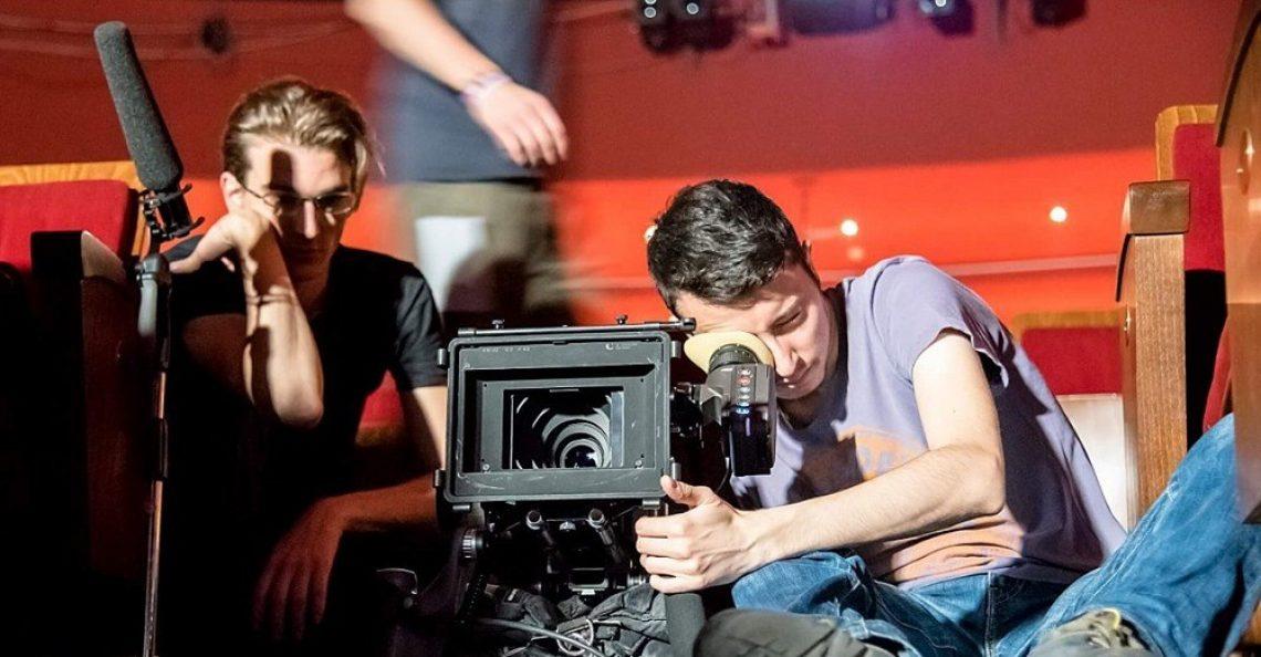 Studente cinema con videocamera